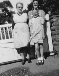 AuntieSadie,AuntieMargaret,Marge1949.jpg
